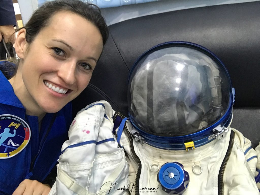 Nicola Baumann mit Astronautenanzug